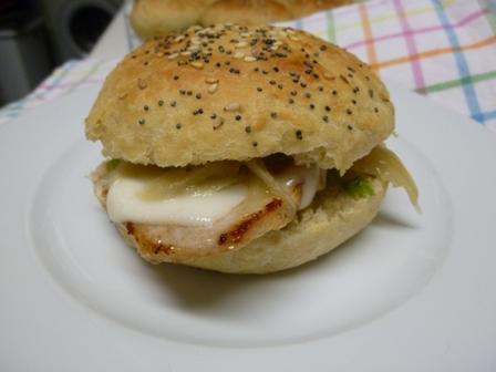 pepito de lomo con queso en pan de cerveza negra